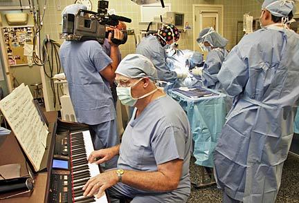 Kirurgu luan në piano, para se të kryejë operacionin e syve